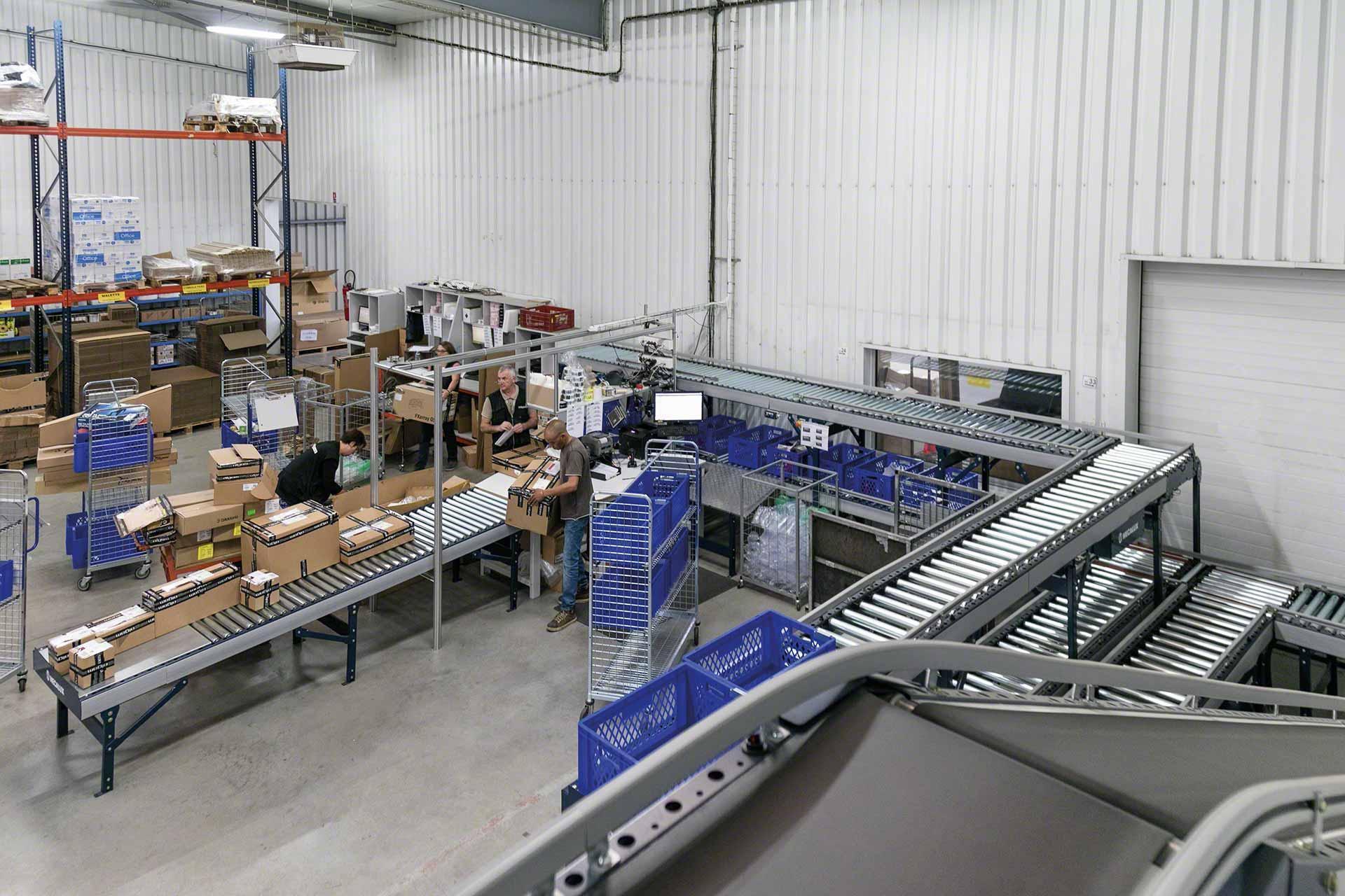 Los circuitos de transportadores de rodillos pueden instalarse en zonas de preparación de pedidos