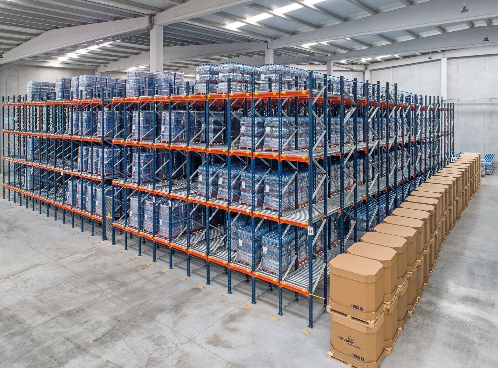 Almacén equipado con sistemas de almacenamiento dinámico de rodillos
