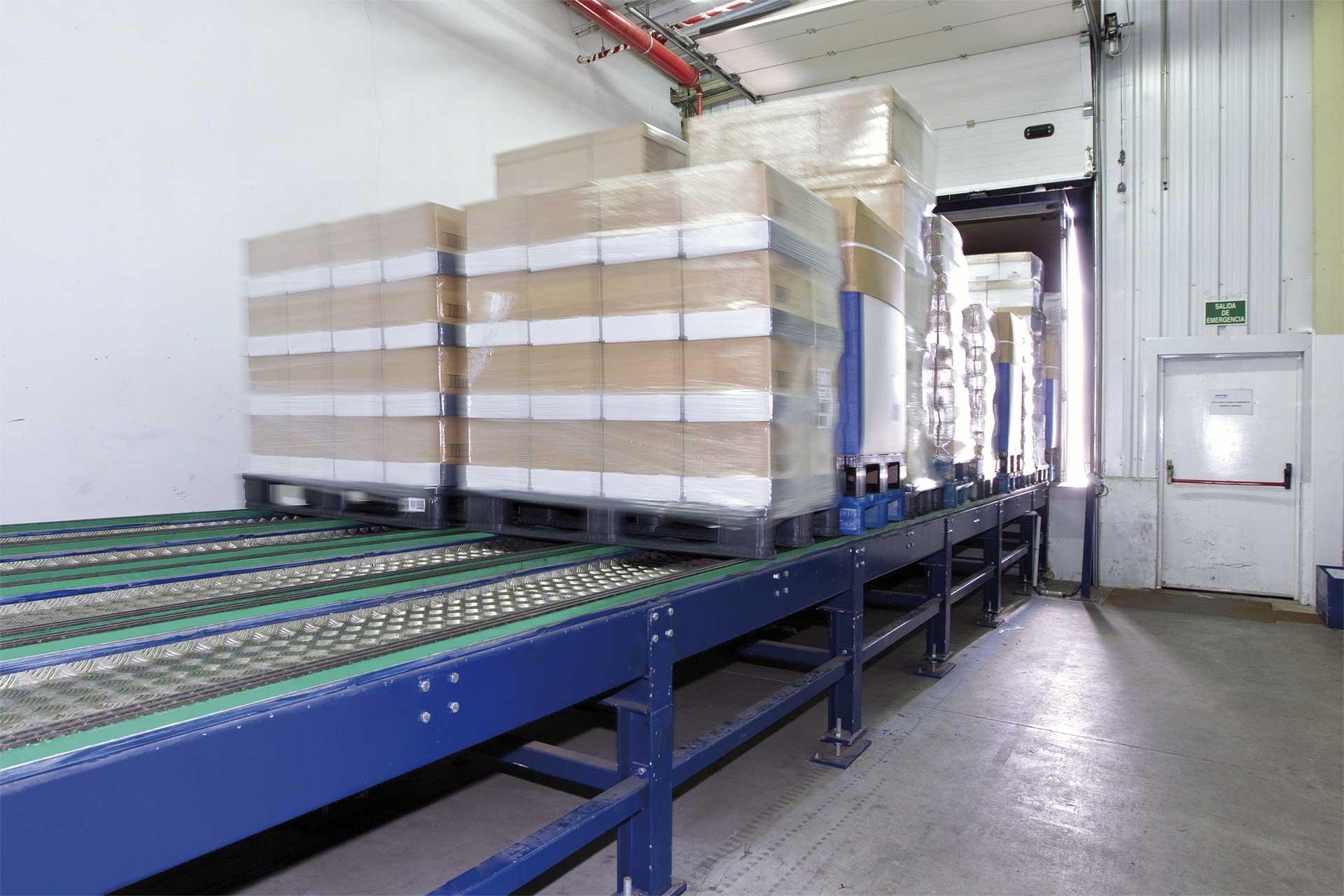 Los sistemas automáticos de carga y descarga de camiones ofrecen agilidad y seguridad en la zona de muelles del almacén.