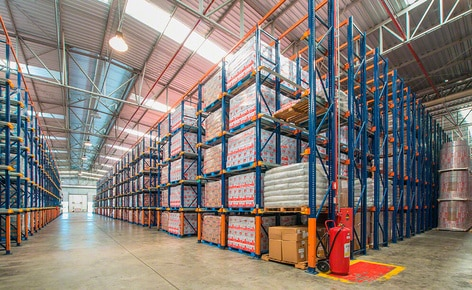 Tres sistemas de almacenaje clasifican la mercancía del productor lácteo Bela Vista en función de su rotación en su centro de distribución de Minas Gerais (Brasil)