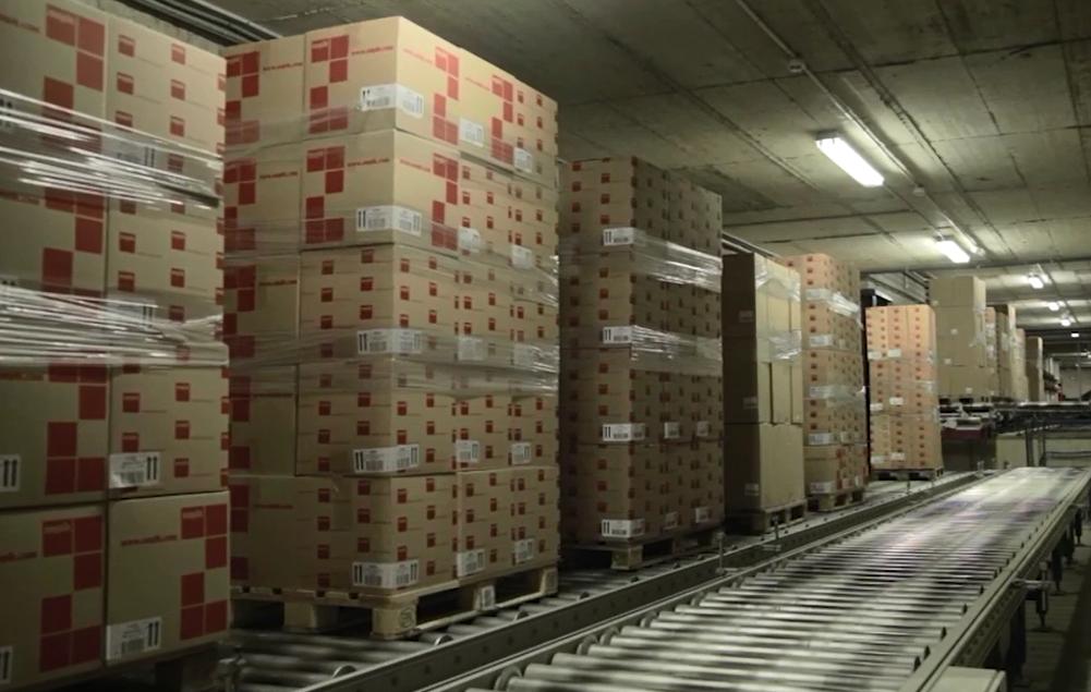 Flujo contínuo de mercancía sobre transportadores para palets