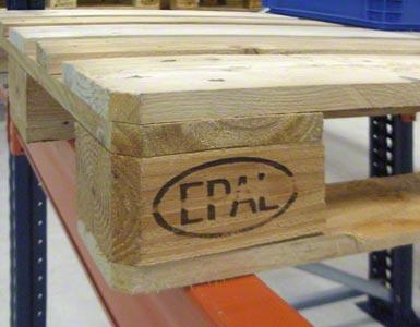 El palet europeo se identifica con las letras EPAL y está compuesto por un taco y cuatro tablas