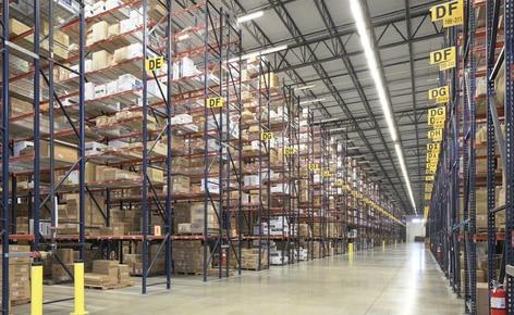 Estanterías convencionales para palets resuelven los problemas de espacio del mayorista de ropa SanMar en su centro de distribución de Dallas
