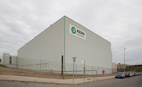 El laboratorio farmacéutico Kern Pharma construye un almacén autoportante automático que combina transelevadores para palets y para cajas