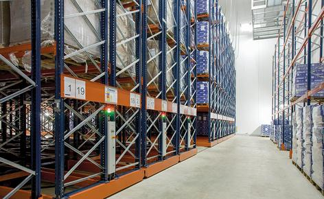 Mecalux ha equipado la cámara de congelación con 16 estanterías dobles sobre bases móviles Movirack y cuatro fijas, todas ellas de 10 m de alto