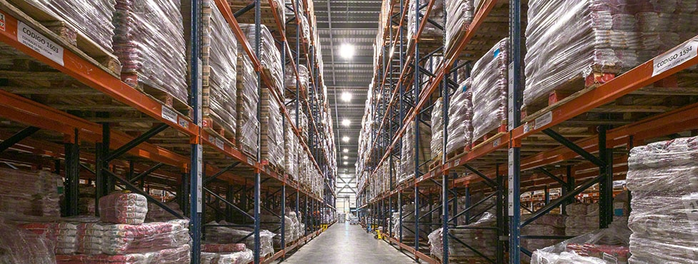 Productos de limpieza y alimentación en el nuevo almacén de César Iglesias