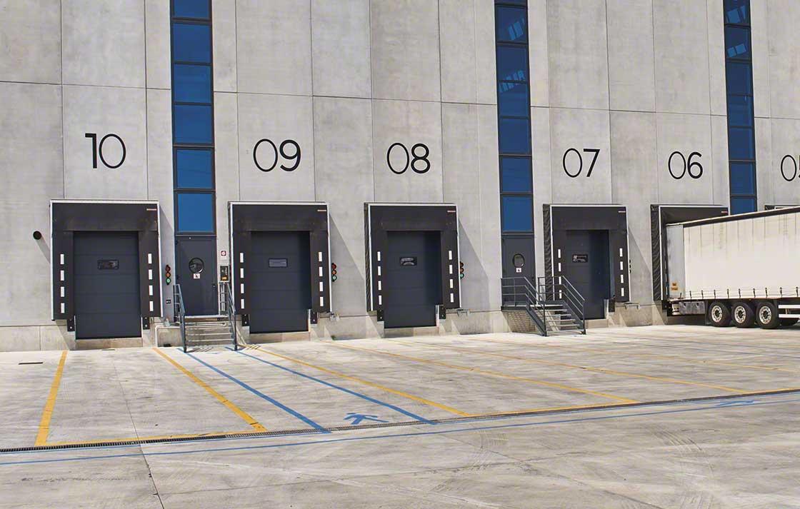 Cuando en los accesos al almacén haya asfalto es necesario extender una banda de hormigón en las zonas adyacentes