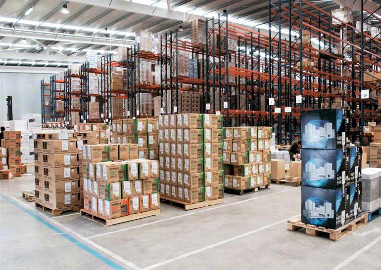 Armazém para empresa que se dedica ao transporte urgente e à distribuição